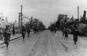 Amerikanische Soldaten auf Wilhelmshöher Allee, April 1945