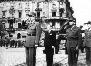 Karlsruhe 7. April 1945: General Charles de Gaulle nimmt die Siegesparade am Ettlinger Tor entgegen. Quelle: Stadtarchiv Karlsruhe Sign.8/Alben72/29